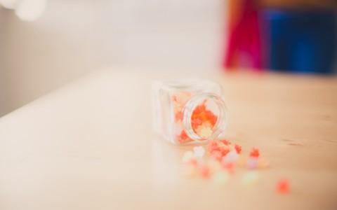 桌子上散落的糖果