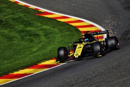 抓拍F1赛车贴弯漂移