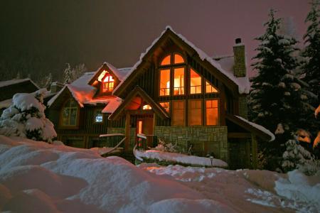 在冬季夜4k超高清壁纸和背景图像的房子