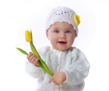 可爱的宝贝女孩与郁金香5k视网膜超高清壁纸和背景