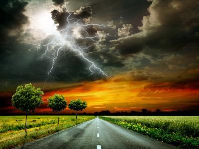 抓拍闪电划破天空