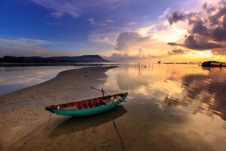 在越南PhúQuốc钓鱼船全高清壁纸和背景图像