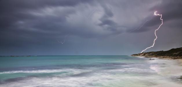 闪电在海洋4k超高清壁纸和背景
